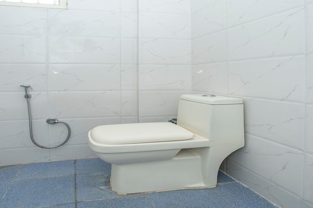 Liukso klasės kambarys (1 dvigulė / 2 viengulės lovos), 1 labai didelė dvigulė lova - Vonios kambarys
