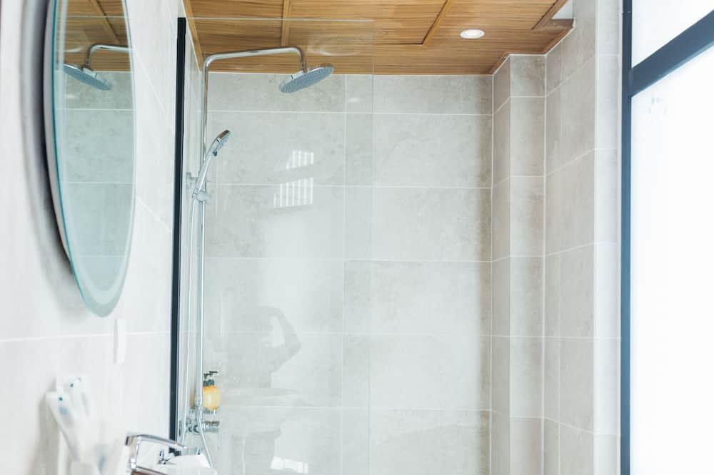 Deluxe Triple Room, Multiple Beds - Bathroom