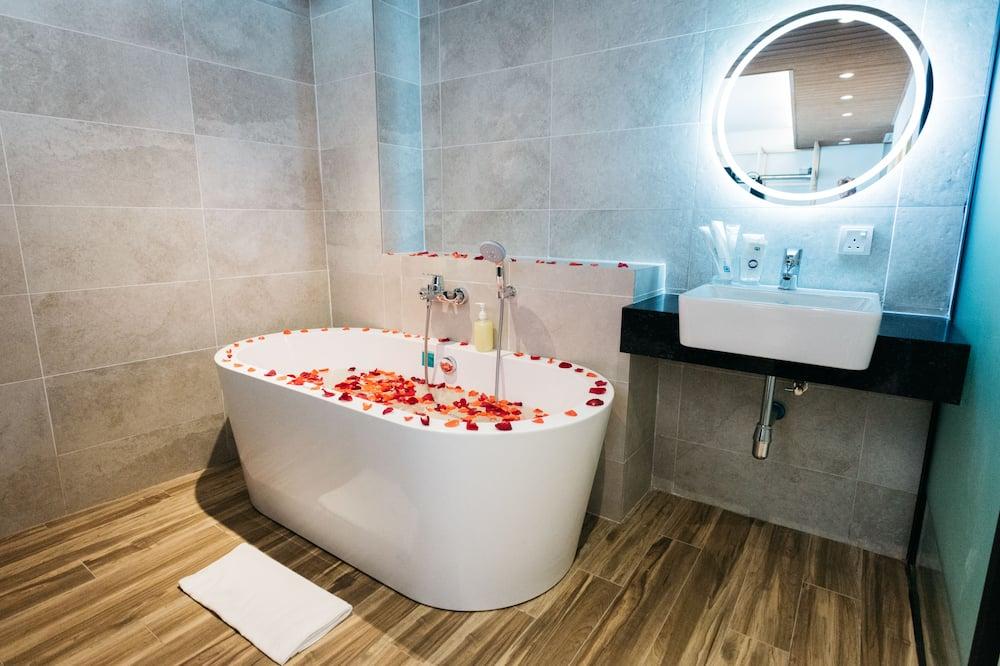 Deluxe Studio, 1 Queen Bed - Bathroom
