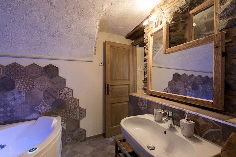 Улучшенный номер, гидромассажная ванна (SPA bathtub) - Индивидуальная спа-ванна