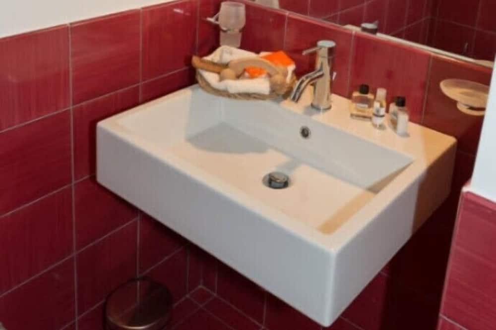 Double Room, Ensuite - Bathroom Sink