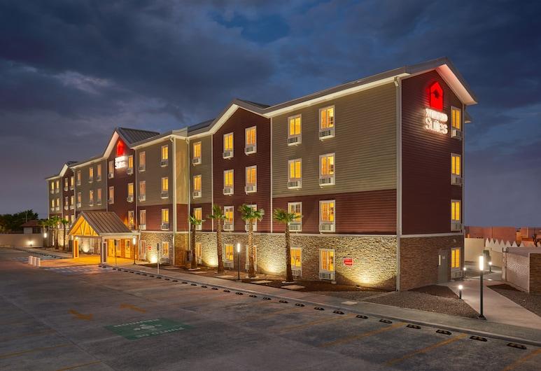 Extended Suites Chihuahua La Juventud, Chihuahua, Vista frontal de la propiedad por la noche