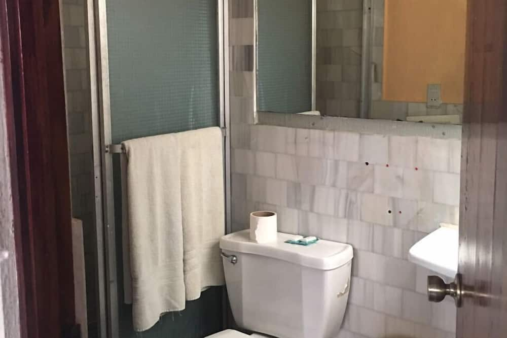 Classic Triple Room, Multiple Beds, Non Smoking - Bathroom