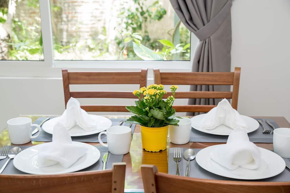 Deluxe Apartment, 2 Queen Beds, Garden View, Beachside - In-Room Dining
