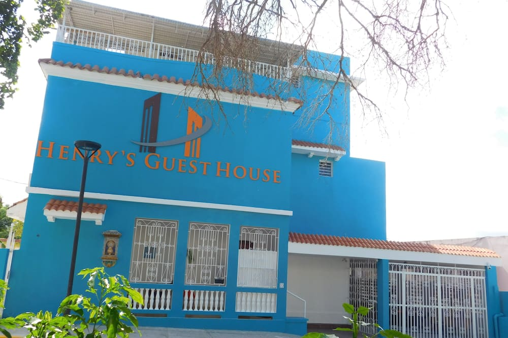 Henry's GuestHouse