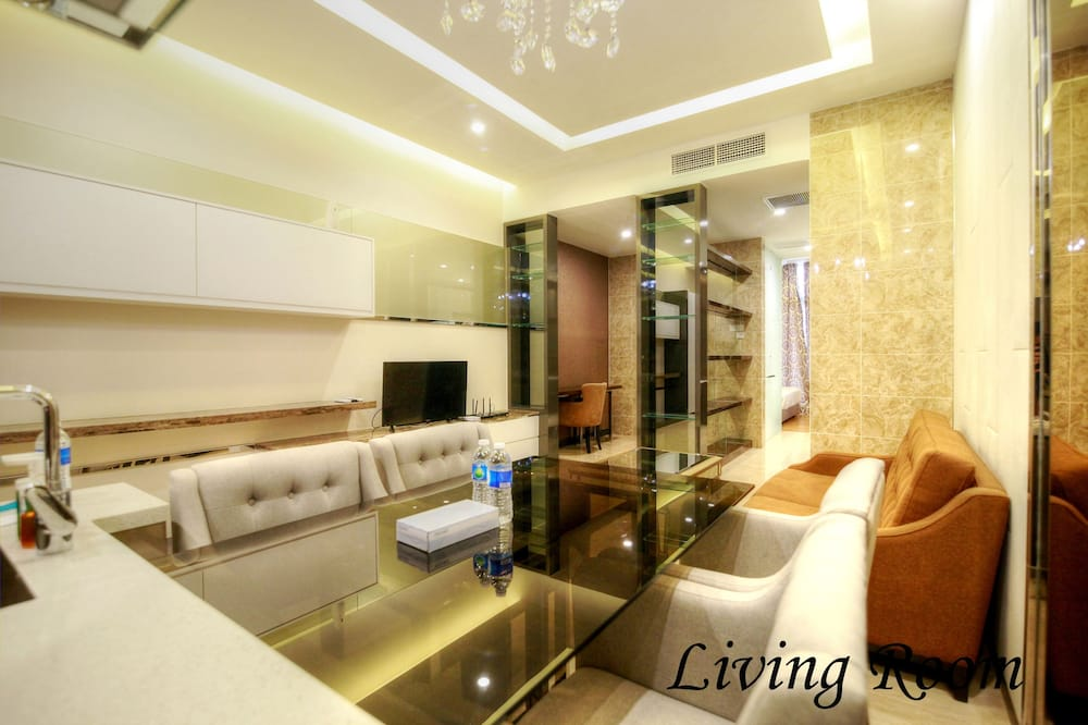 Family Suite, 1 Bedroom - Living Room