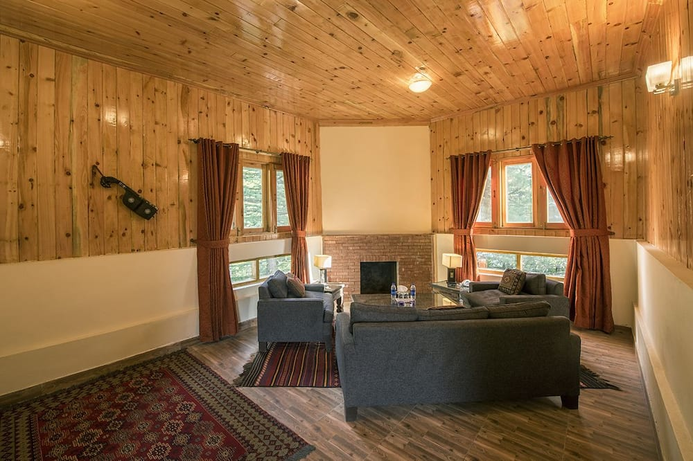 Luxury Family Cottage - Living Room