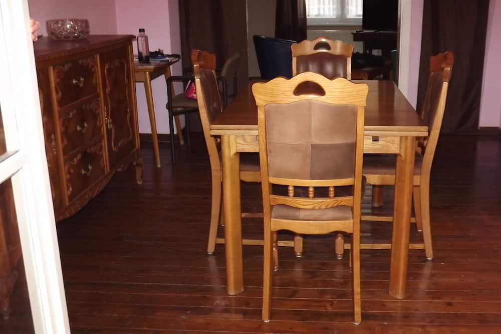 Familienhaus, 2Schlafzimmer - Essbereich im Zimmer