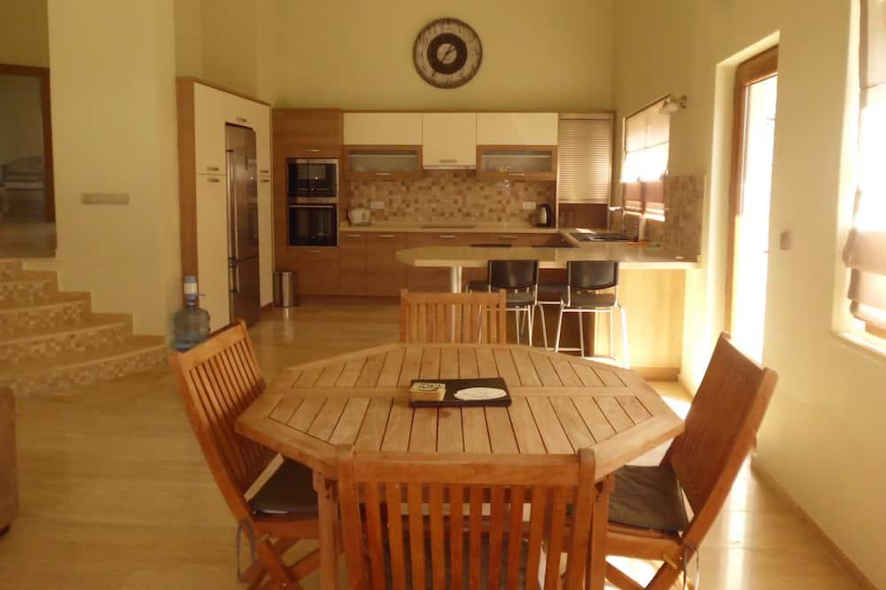 Luksusa villa, divas guļamistabas, virtuve, skats uz kalniem - Numura ēdamzona