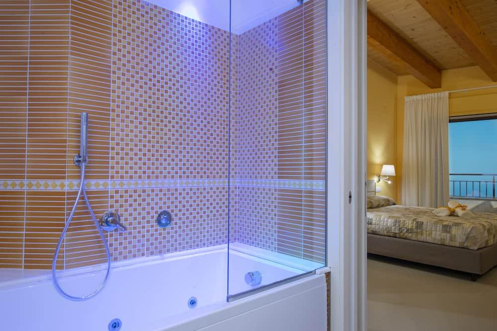 Chambre Triple Luxe, plusieurs lits - Salle de bain