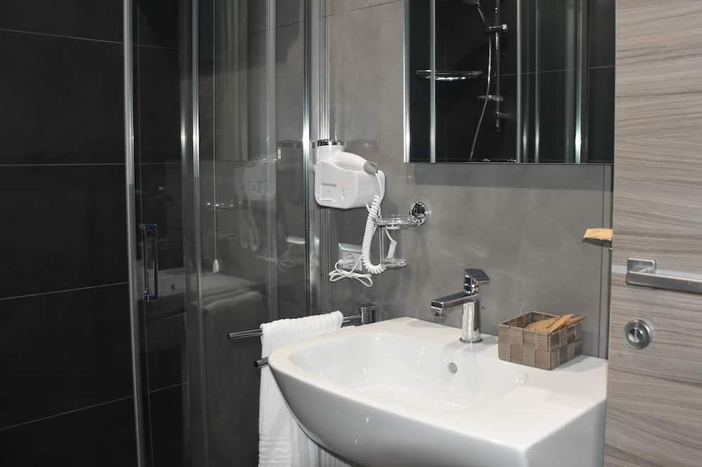 Dvojlôžková izba typu Deluxe, bezbariérová izba, výhľad na kopec - Kúpeľňa