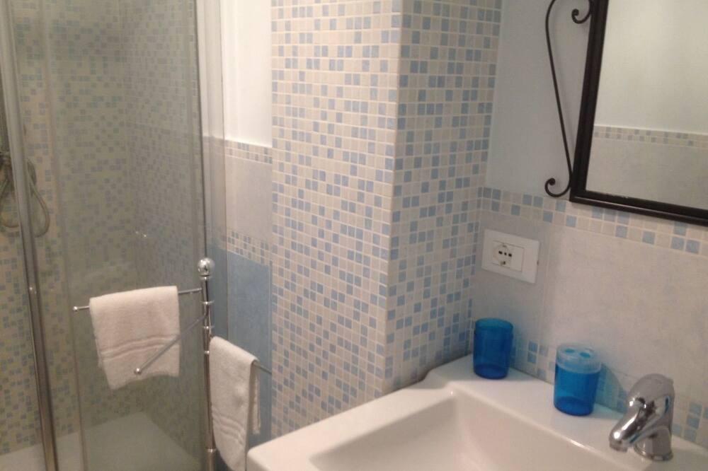 Трехместный номер, Несколько кроватей, для некурящих - Ванная комната