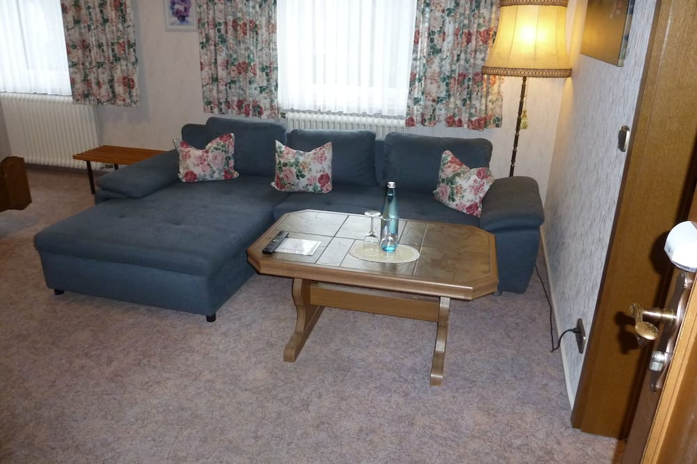 Family Double Room, 1 Bedroom, Garden View - Living Area