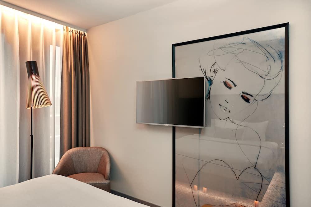 Comfort Room, 1 King Bed - Living Area