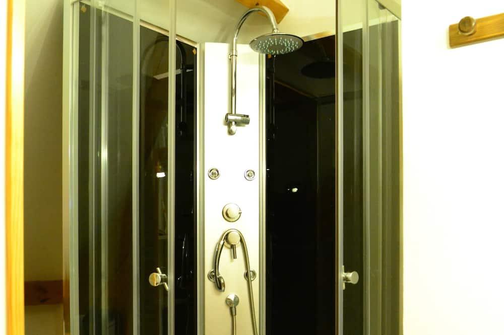 Habitación clásica con 2 camas individuales, para no fumadores, vista a la ciudad - Ducha en el baño