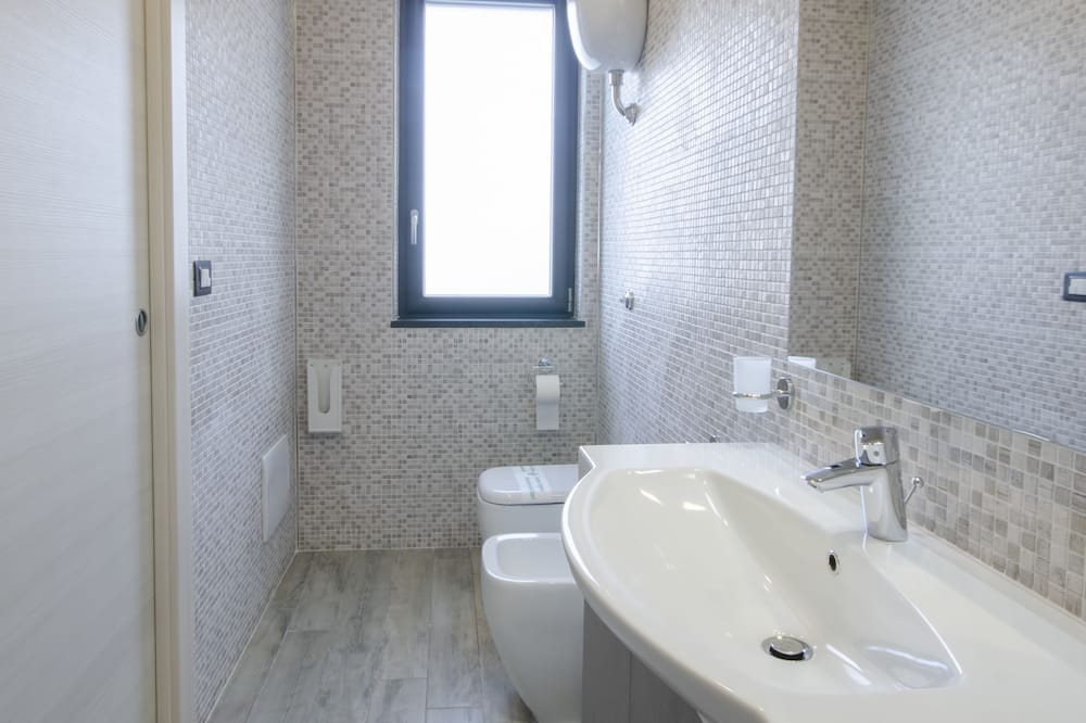 Comfort Room, Accessible, Mountain View - Bathroom