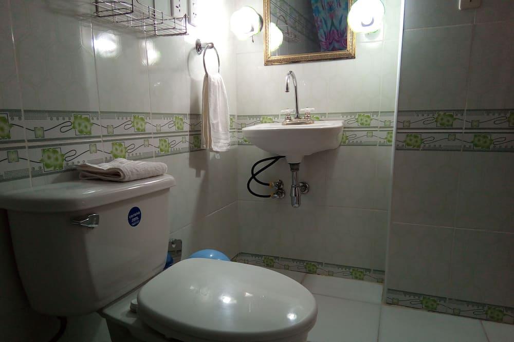 Standard Twin Room, Multiple Beds, Non Smoking - Bathroom