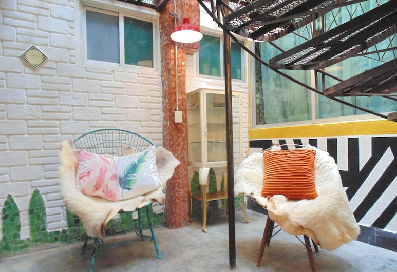 Coyotito Beds Coyoacán, Mexico by, Terrasse/veranda