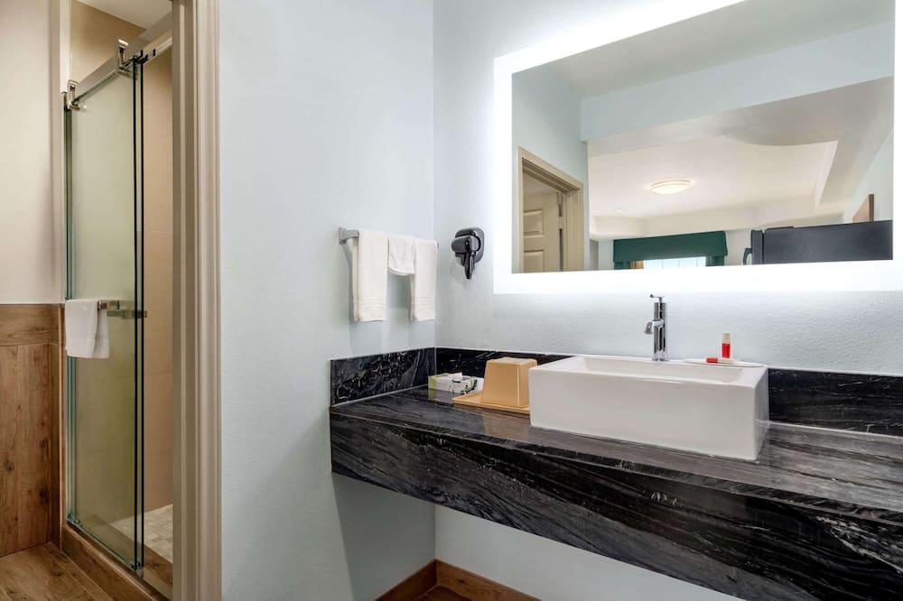 Room, 2 Queen Beds, Non Smoking (Pet-friendly) - Bathroom