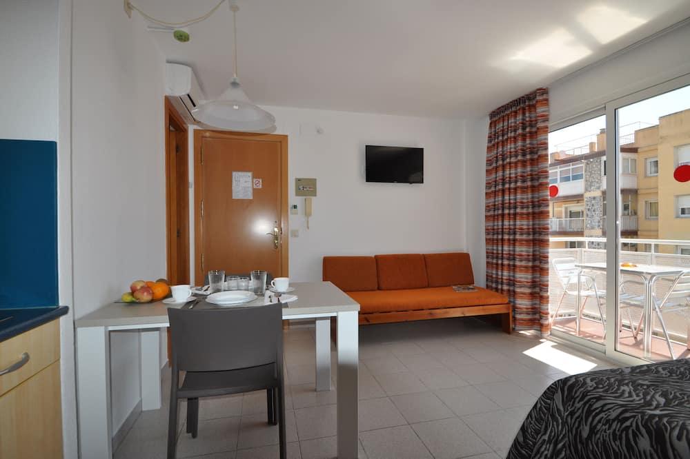 Trojlôžková izba typu Basic, výhľad na mesto - Obývačka