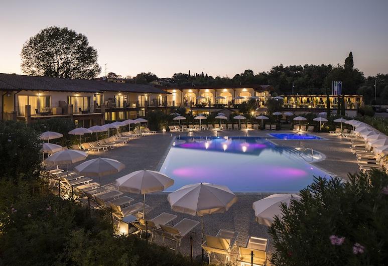 Resort Lake Garda, Moniga del Garda, Entrada del hotel (tarde o noche)