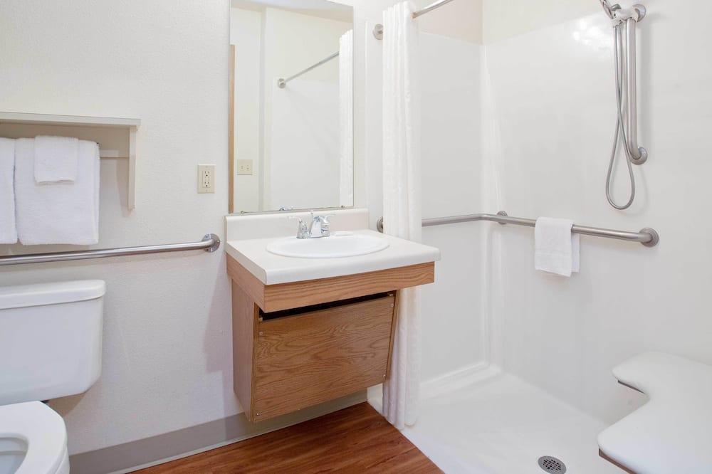 Стандартна студія, 1 двоспальне ліжко та розкладний диван, обладнано для інвалідів (Roll in shower) - Ванна кімната