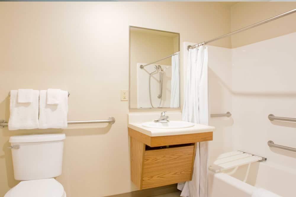 Номер, 2 двоспальних ліжка, обладнано для інвалідів, для некурців - Ванна кімната