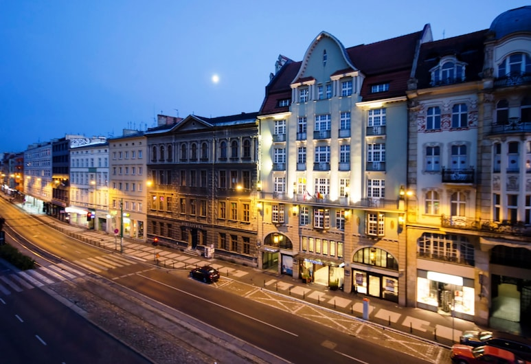 NH Poznan, Poznan, Fachada del hotel de noche