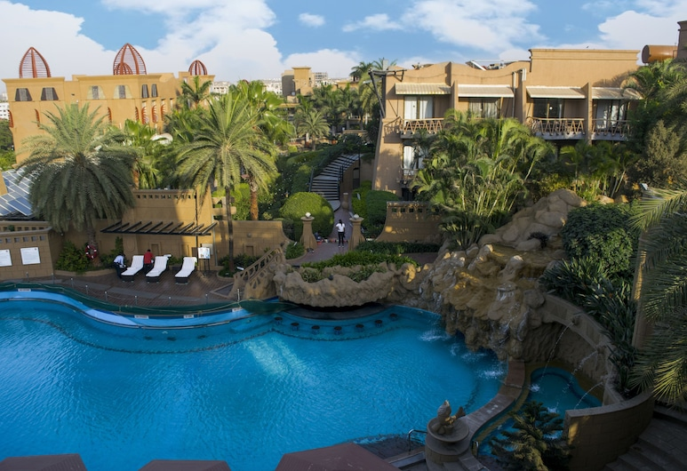 The Corinthians Resort & Club, פונה, בריכה