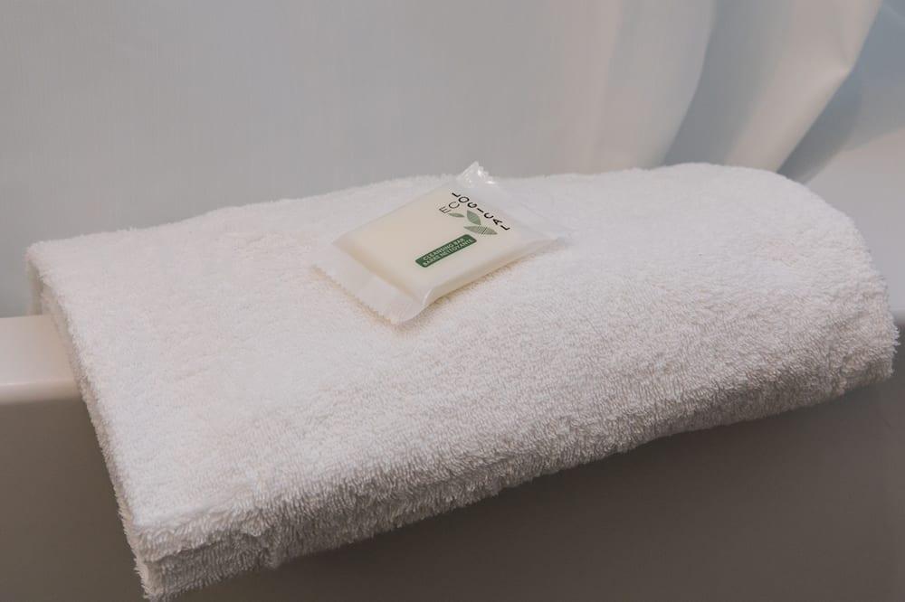 Standard szoba, 1 queen (nagyméretű) franciaágy, mozgássérültek számára is hozzáférhető - Fürdőszobai felszereltség