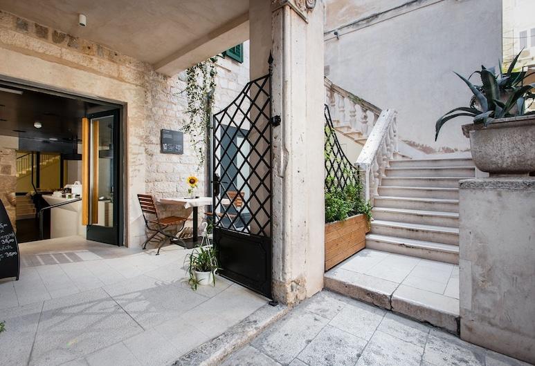 Hotel Slavija, Split, Otelin Önü