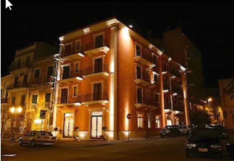 La Chicca Palace Hotel, Milazzo, Fachada del hotel de noche