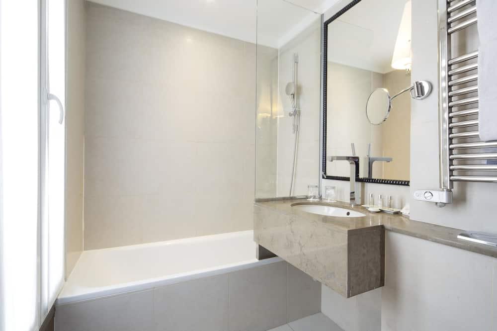 Club (Queen) - Bathroom