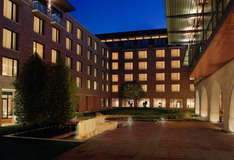 AT&T Hotel & Conference Center at the University of Texas, Austin, Gårdsplads