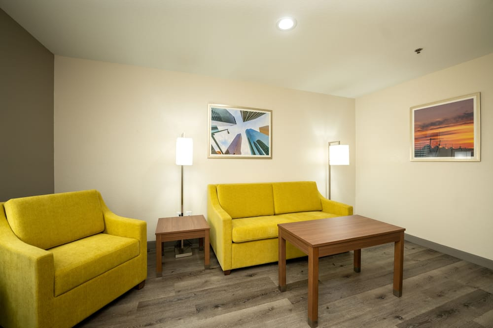 Suite, 1 King Bed with Sofa bed, Non Smoking, Refrigerator & Microwave (with Sofabed) - Living Room