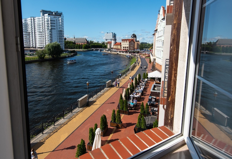 Hotel Kaiserhof, Kaliningradas, Aukštesnės klasės numeris, vaizdas į upę, Vaizdas iš svečių kambario