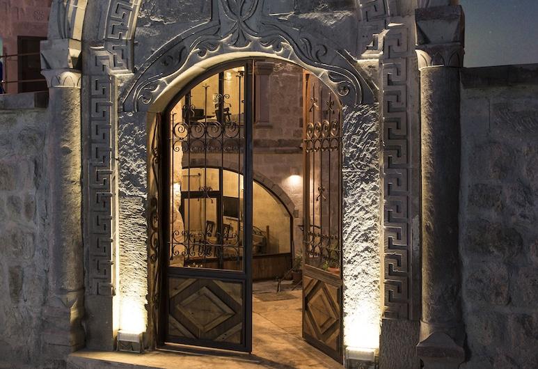 阿伊迪尼爾岩洞酒店, 內夫瑟希爾