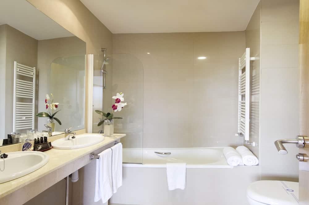 Quadruple Room (3 adults and 1 child) - Bathroom