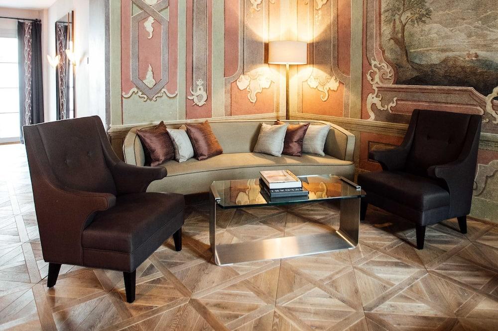 Suite (Fresco) - Living Area