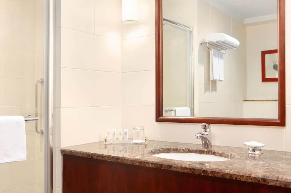 Номер-люкс із покращеним обслуговуванням, 1 спальня, для некурців, з видом на місто - Ванна кімната