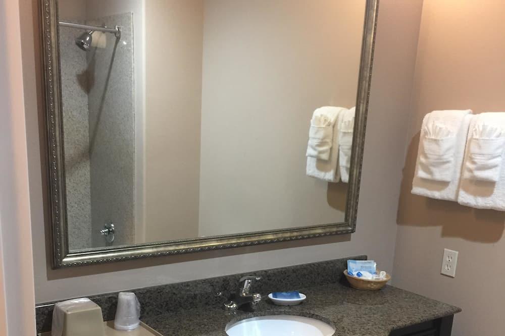 スタンダード ルーム クイーンベッド 2 台 禁煙 冷蔵庫 & 電子レンジ - バスルーム