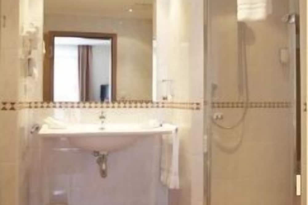 Comfort Single Room, 1 King Bed - Bathroom