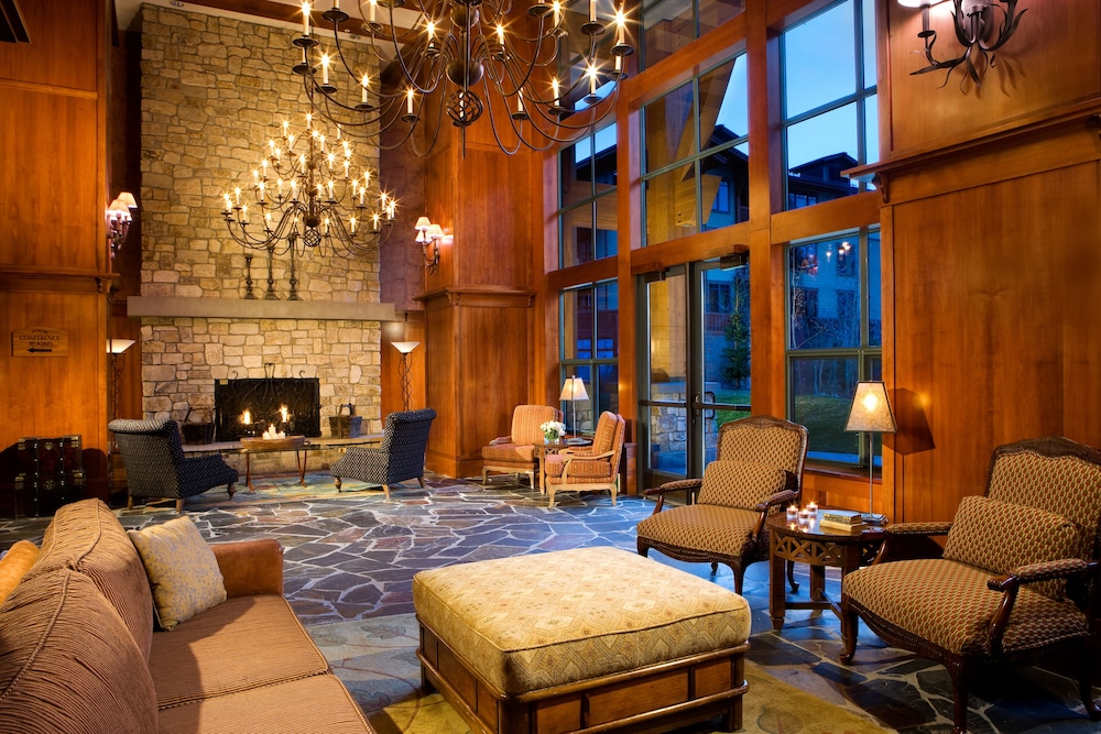 The Village Lodge Mammoth Lakes Interior Entrance