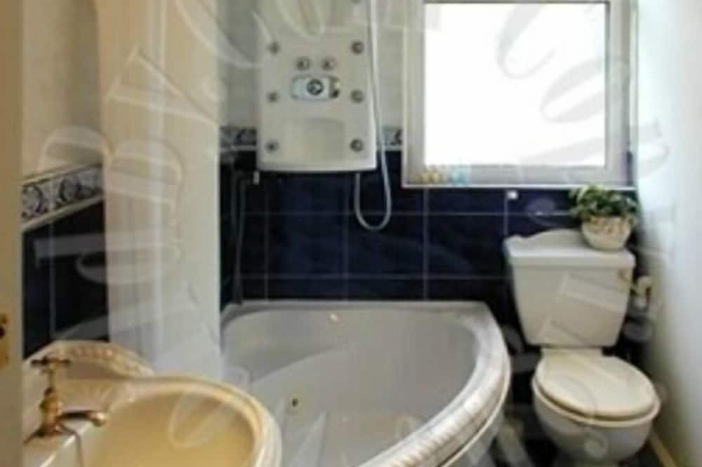 Suite, Shared Bathroom ((Shower) Sleeps 4) - Bathroom