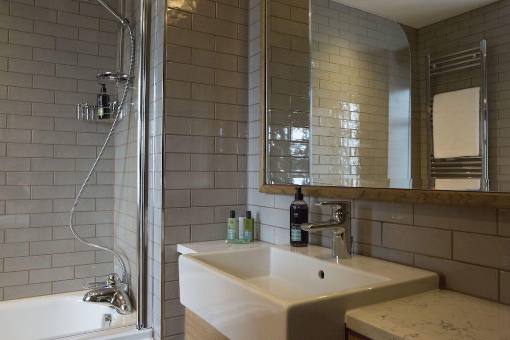 Phòng đôi hoặc 2 giường đơn Premium, Có phòng tắm riêng (Pillar) - Phòng tắm