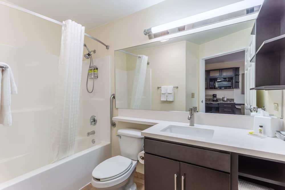 Suite - 1 soveværelse - handicapvenligt (1 Queen, Comm, Roll Shwr) - Badeværelse