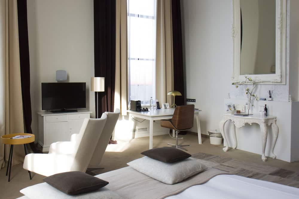 Romantic Suite, River View - Living Room