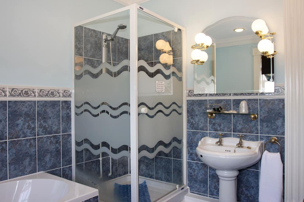 Sviitti (Four Poster Bed) - Kylpyhuone