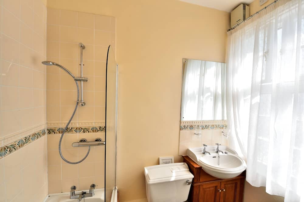 Family Room - 3 adults or 2 adults + 1 child or 2 adults +2 children (one child sharing adults bed) - Bathroom