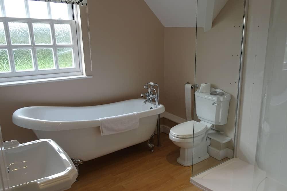 Executive lakosztály, 1 queen (nagyméretű) franciaágy és egy kihúzható kanapé, fürdőkád - Fürdőszoba